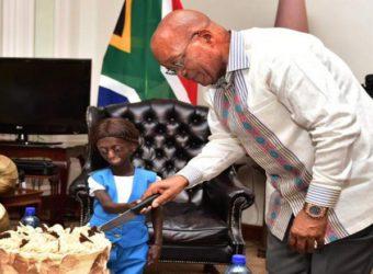 Atteinte d'une maladie génétique rare, Ontlametse Phalatse réalise son rêve de rencontrer Jacob Zuma